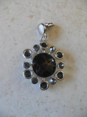 Parure soleil noir et strass gris, collier et boucles.