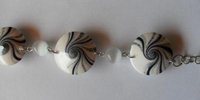 Bracelet perles spirales fimo blanc-noir et nacrée.