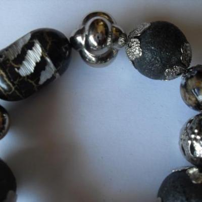 Bracelet perles noires et métal argenté.