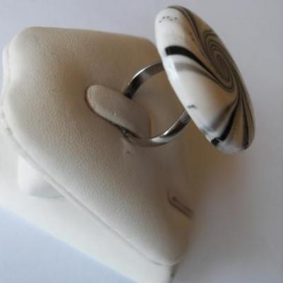 Bague ronde fimo spirale noire-blanc et paillette.