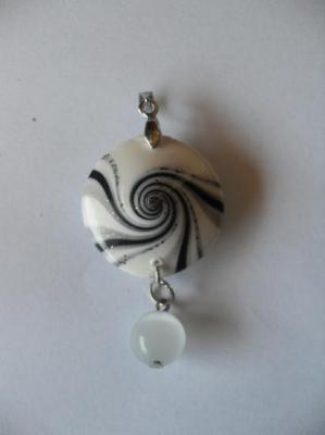 Pendentif rond fimo spirale blanc-noir et paillette.