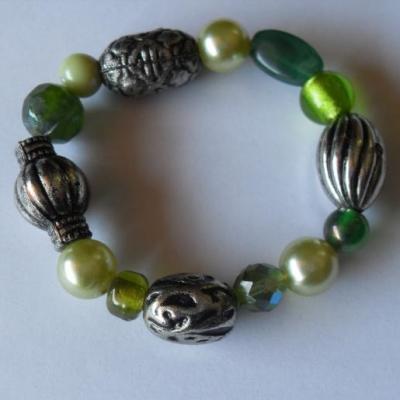 Bracelet vert-métal argenté, perles cristal et verre .