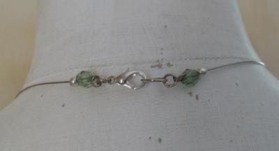 Collier cable et pendentif cascade de perles vertes.