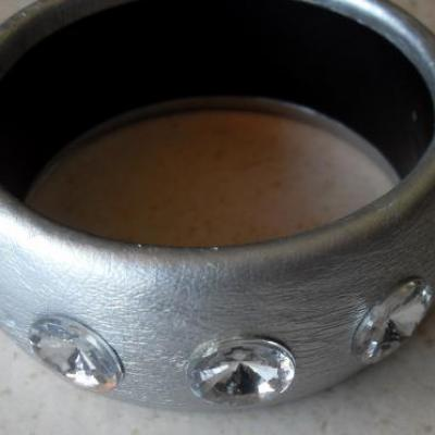 Bracelet rigide simili cuir argenté et strass.