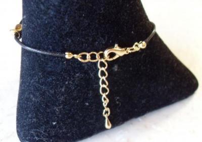 Bracelet noir, plaqué or et cristal de swarovski.