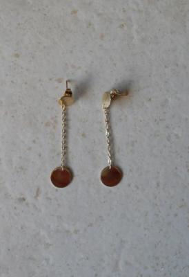 Boucles pendantes chaîne et pastilles plaqué or.