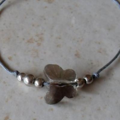 Bracelet cordon gris et papillon cristal.