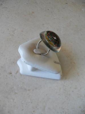 Bague cabochon résine et perles multicolores.