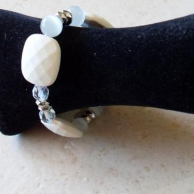 Bracelet blanc, rectangles et cristal de swarovski.
