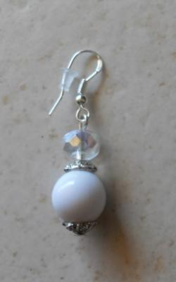 Boucles d'oreilles boules blanches et cristal de swarovski.