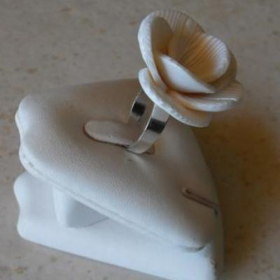 Bague fleur ivoire et fines rayures.