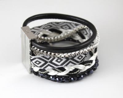 Bracelet manchette, multi-rangs lanières, strass, tissu et perles.