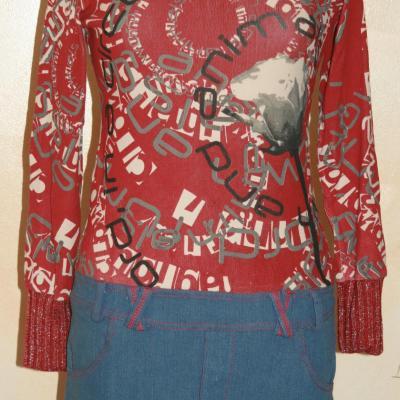 Robe UGIYA, jeans et imprimé bordeau de Smash.