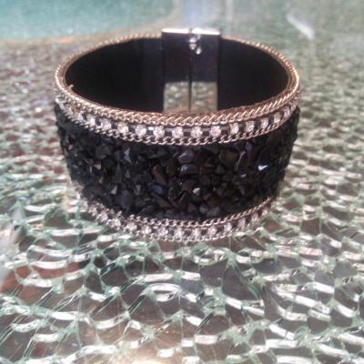 Bracelet manchette large, chaîne, perles et strass.