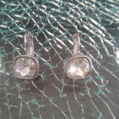 Boucles d'oreilles dormeuses métal et cabochon strass carré.