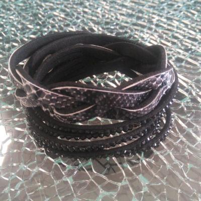 Bracelet strass et peau de serpent.