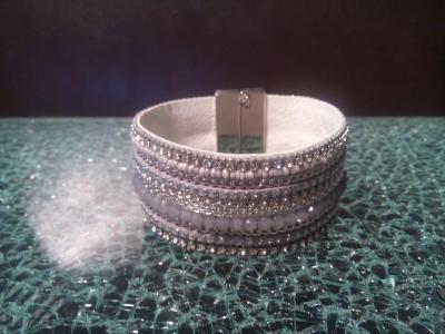 Bracelet manchette large, gris et blanc, chaîne, perles et strass .