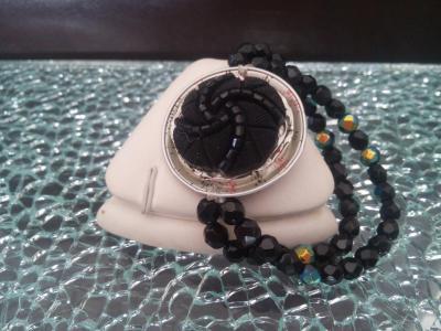 Bracelet capsule café crème-multicolore et cabochon noir et perles noires.