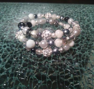 Bracelet multi-rangs noir, gris, blanc, perles, métal, strass, cristal de swarovski