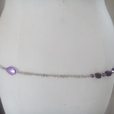 Ceinture-bijou, chaîne-cubes-perles plates argentées et prune.