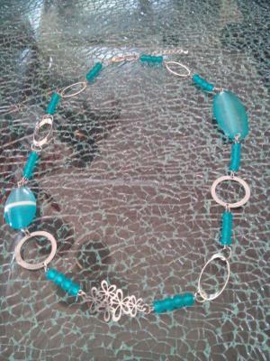 Collier bleu turquoise, perles givrées, rond et fleurs en métal