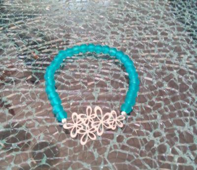 Bracelet bleu turquoise, perles givrées et fleurs argentées.
