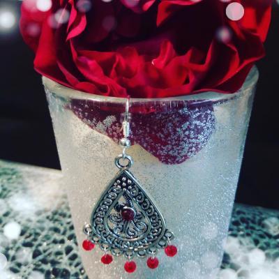 Boucles d'oreilles métal argenté, strass et cristal swarovski rouge