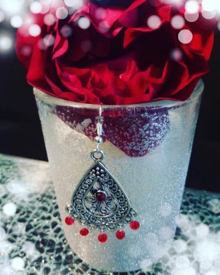 Boucles d'oreille métal argenté, strass et cristal swarovski rouge