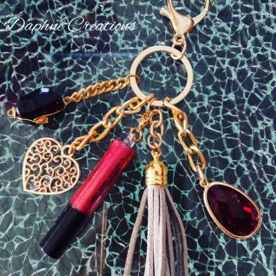 Porte-clés, bijou de sac Bordeaux, pompon, coeur et son gloss.