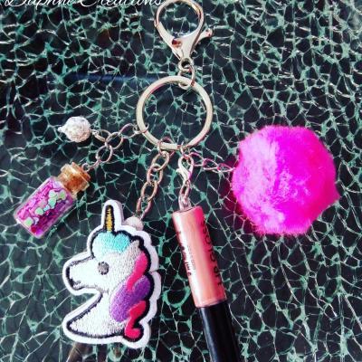 Porte-clés, bijou de sac licorne, pompon, gloss à lèvres et sa fiole magique.