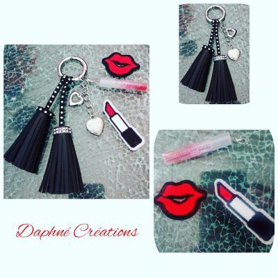 Porte-clés, bijou de sac, pompons cuir et strass, coeurs, gloss à lèvres.