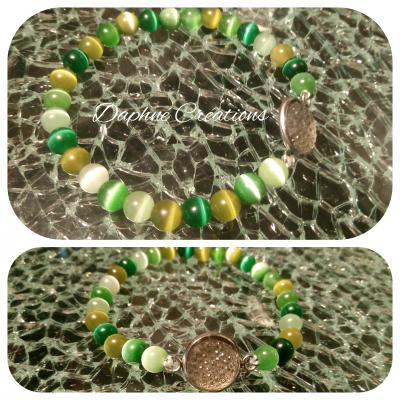 Bracelet en perles naturelles ton vert, cabochon strass blanc.
