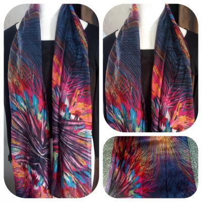 Foulard long, imprimé violet et multicolore.