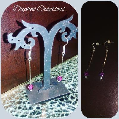 Boucles d'oreilles pendantes fil argenté et perle strass prune