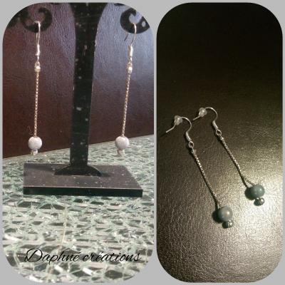 Boucles d'oreilles pendantes fil argenté et perle magique grise.