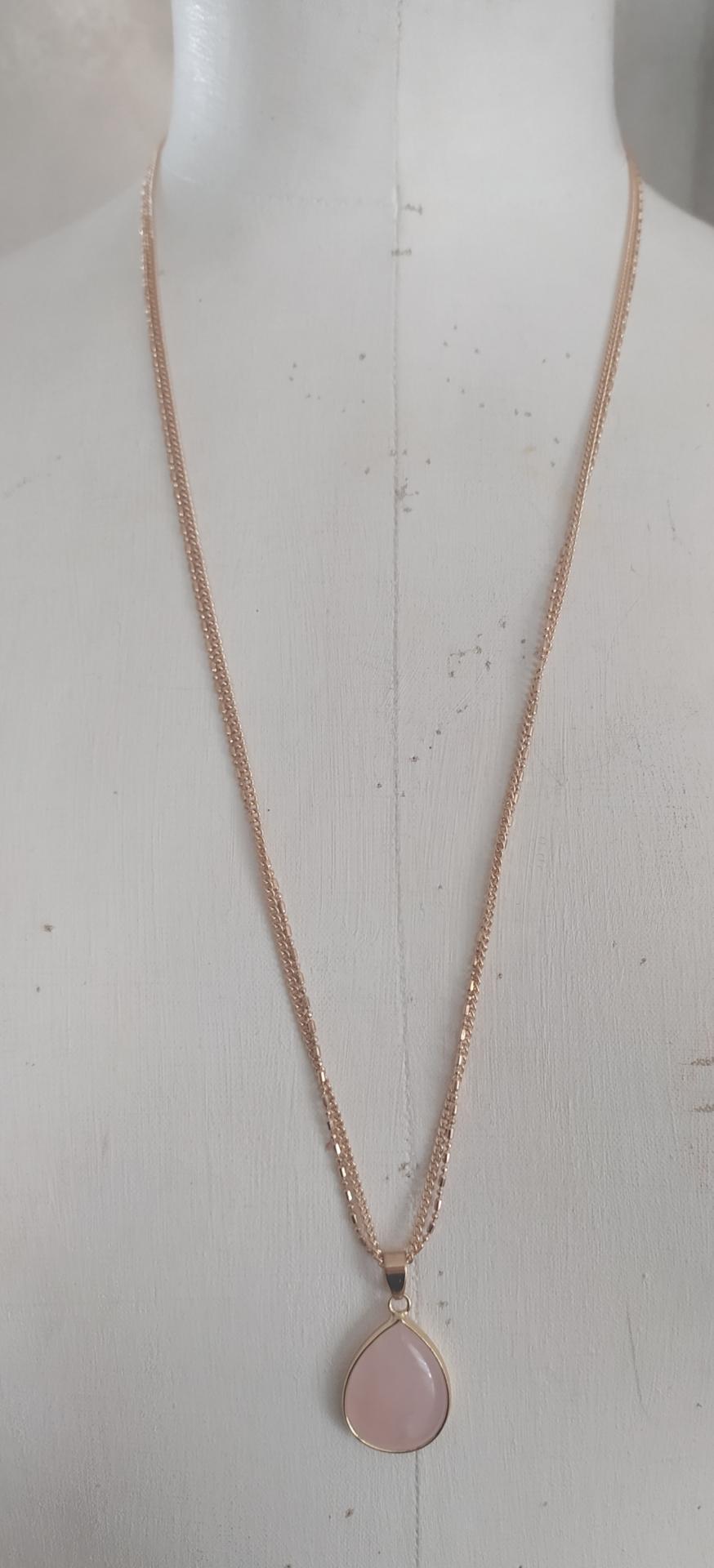 Sautoir chaînes dorées et pendentif pierre naturelle quartz rose.