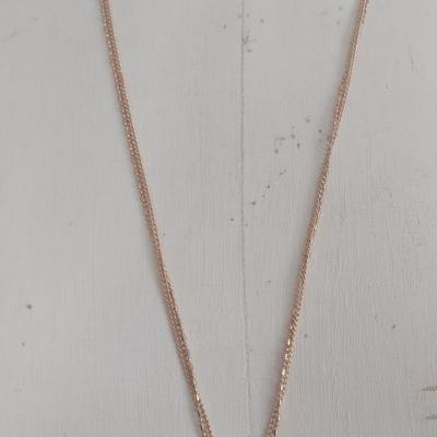 Sautoir chaînes dorées et pendentif cabochon quartz rose.