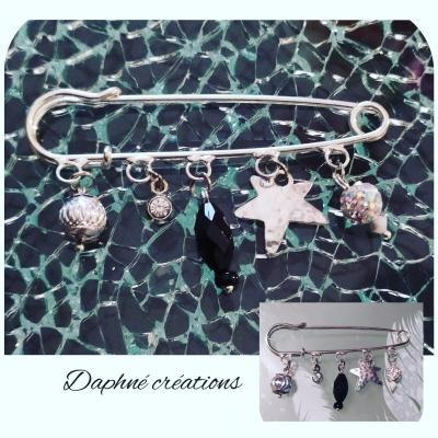 Broche-épingle métal, perles noires, argentées, strass et étoile.