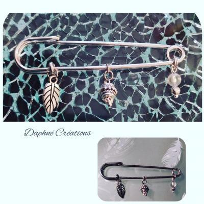Broche-épingle métal argenté, feuille et perles.
