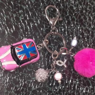 Porte-clés, bijou de sac rose, pompon, perles et sa Mini rose.