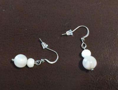 Boucles d'oreilles acier inoxydable et agates blanches et pierres naturelles.