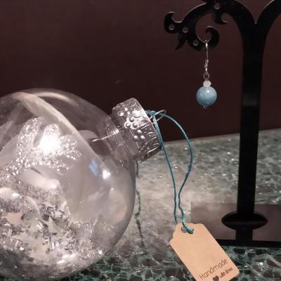 Boule de Noël surprise, argent et ses boucles d'oreilles agates bleues.
