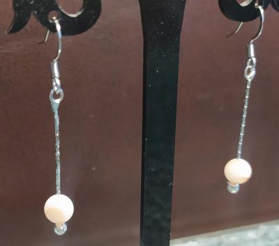 Boucles d'oreilles pendantes, acier inoxydable et agates blanches.