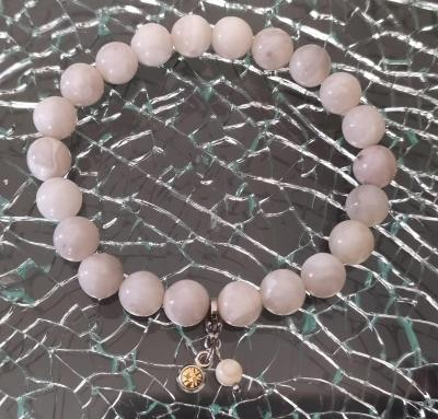 Bracelet en perles naturelles, agates blanches, strass et pampille.