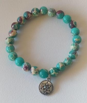 Bracelet en perles, multicolore, médaillon acier et strass.