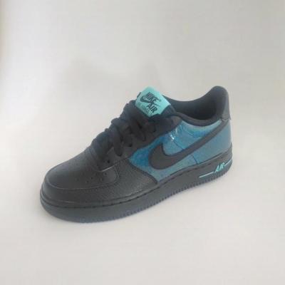 Baskets Air Force 1 SE Nike, noir et bleu.