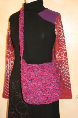 Sac à main besace violet et fuschia, laine et ruban.