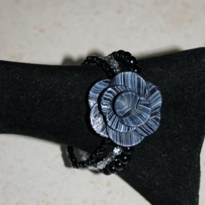 Bracelet 3 rangs de perles et fleur noire.