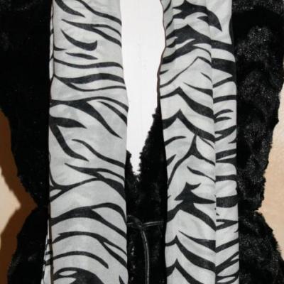 Foulard long, style zèbre blanc et noir.