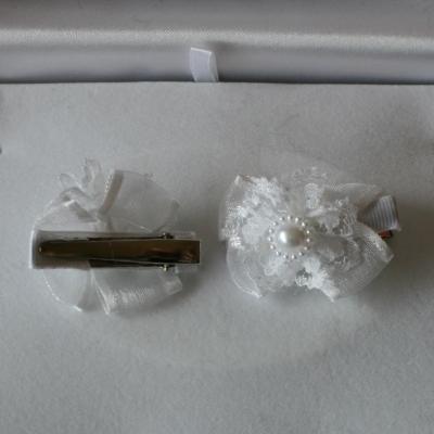 Barrettes-pinces noeud tissu blanc, fleur dentelle et perle.